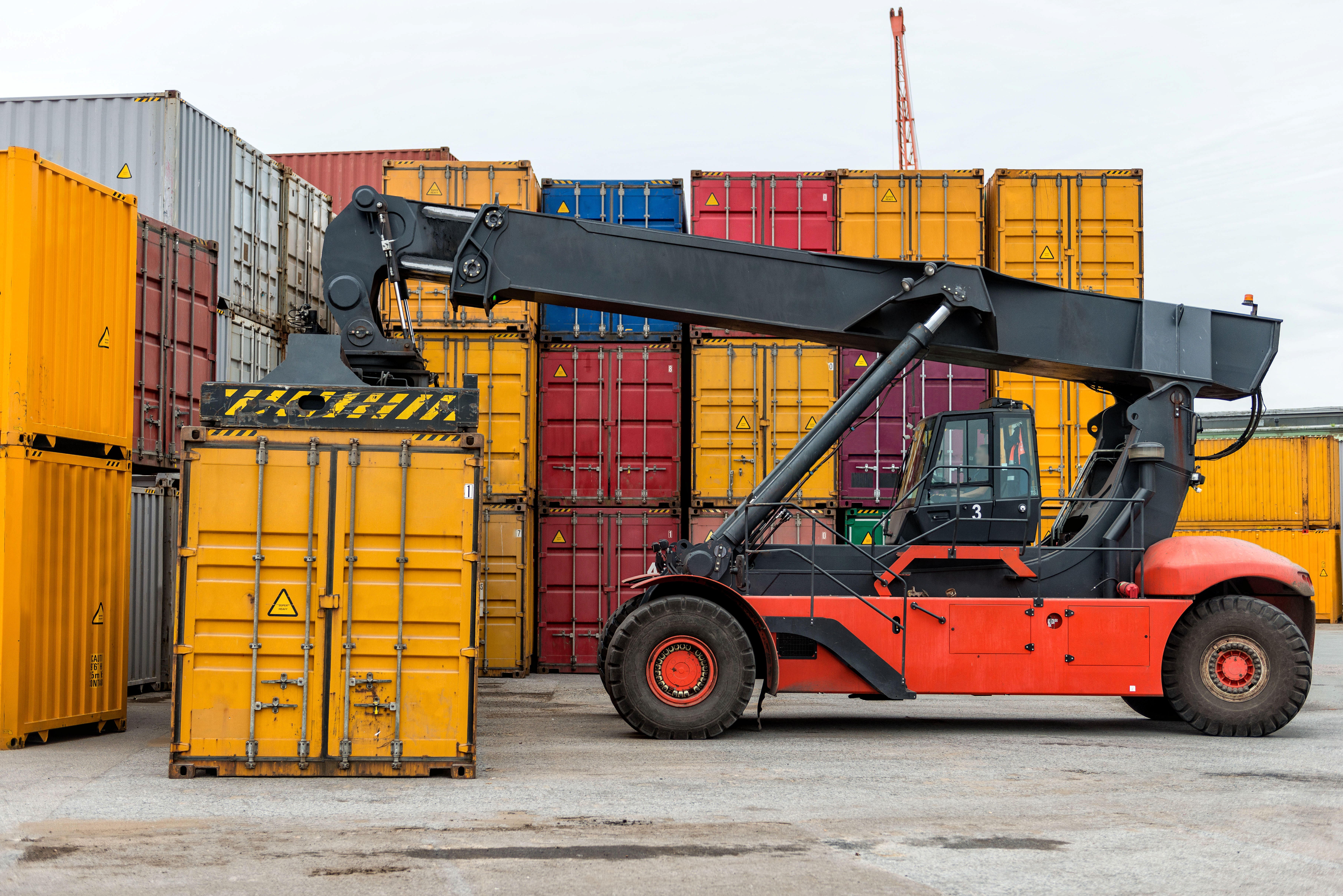 mobile-stacker-handler-in-action-at-a-container-te-AC9MF4F